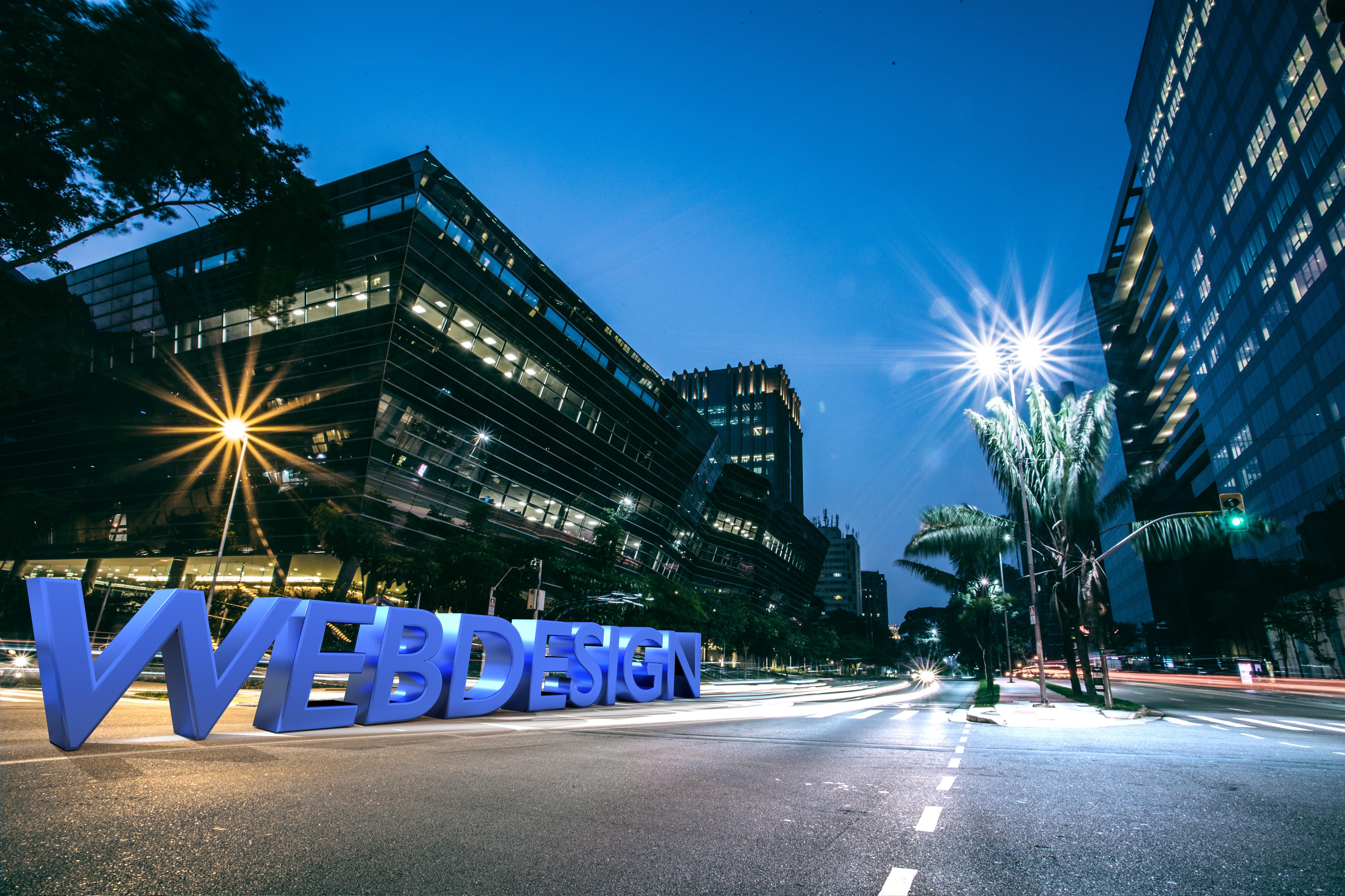 Der Schriftzug  Webdesign auf einer Straße bei Nacht