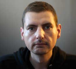 Portrait-Foto des Webdesigners Manuel Geissinger, CEO von ARTunchained